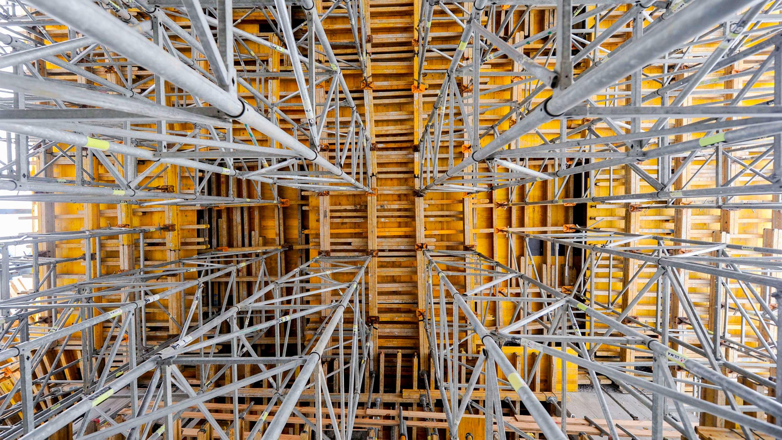 Cimbras metálicas para el apeo de encofrados de losa y estructuras horizontales. Consulta la amplia gama de cimbras que ofrece ULMA y solicita asesoramiento